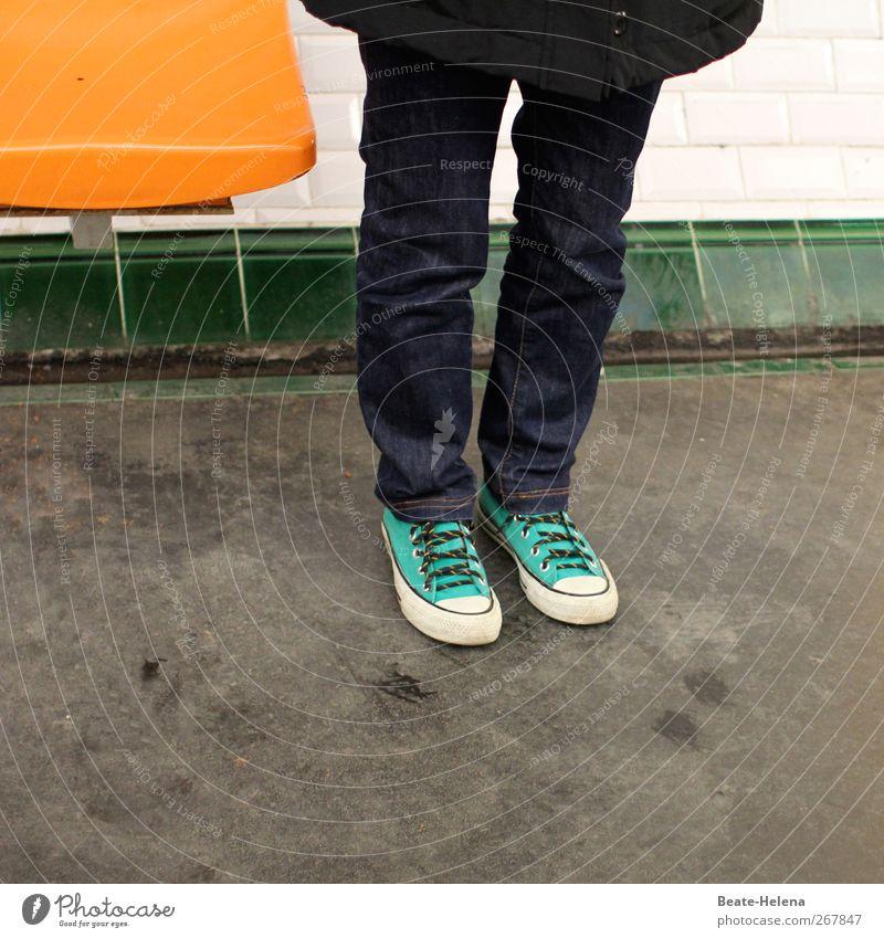 waiting - for the sun androgyn Beine Fuß 1 Mensch Paris Métro Bahnhof Mauer Wand Fassade Verkehr Verkehrswege Bahnfahren Bekleidung Hose Turnschuh Bewegung