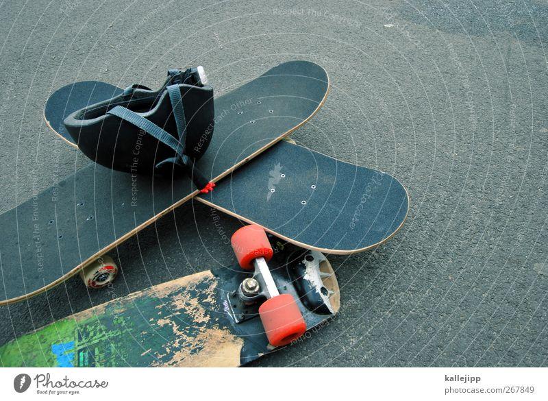 brettspiele Jugendliche Freude Spielen Bewegung Stil Freizeit & Hobby Lifestyle Pause fahren Asphalt sportlich Skateboard Helm Schneidebrett Funsport