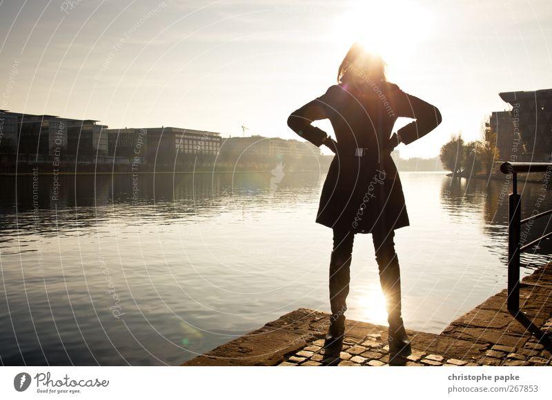 Backlight Mensch Jugendliche Stadt Sonne Haus Erwachsene feminin Herbst warten Junge Frau 18-30 Jahre stehen leuchten Coolness Jacke Flussufer