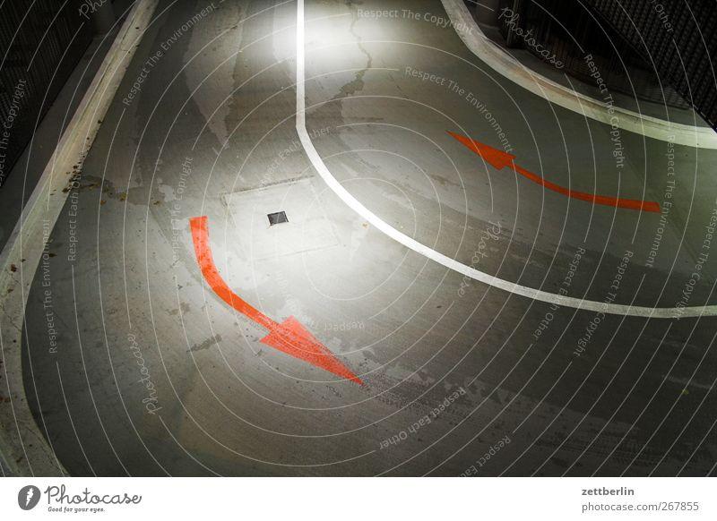 Rechts, links Stadt Verkehr Verkehrswege Straßenverkehr Wege & Pfade Tunnel Brücke Zeichen dunkel Pfeil Richtung Kurve Tiefgarage Bogen Orientierung Linie Beton