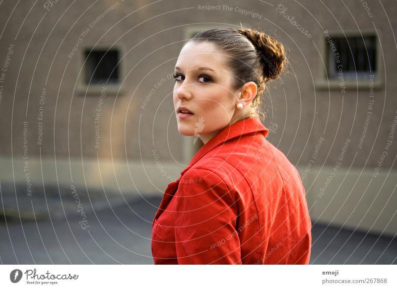 ertappt Mensch Jugendliche schön rot feminin Junge Frau Jacke Überraschung Dutt