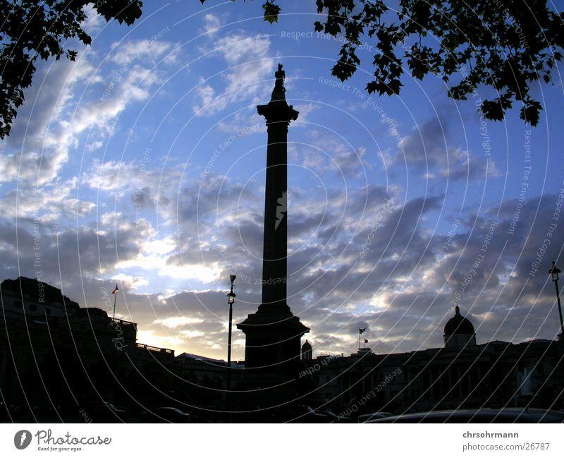 Trafalgar Square im Gegenlicht Abenddämmerung Wolken Säule Platz London England Großbritannien Europa Himmel blau Nelson's Column
