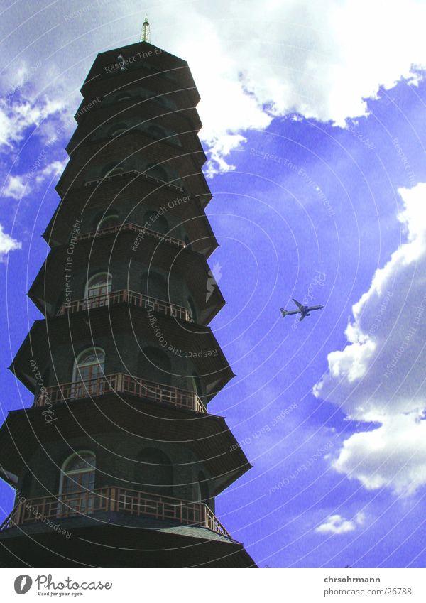 Knapp vorbei ... Himmel blau Wolken Architektur Flugzeug Turm London Japan England Botanischer Garten