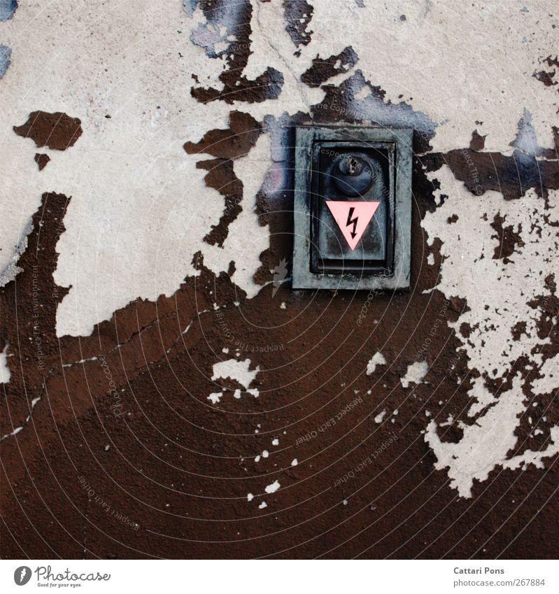 Spannung! Mauer Wand Fassade dreckig kaputt nah trashig Elektrizität Lebensgefahr Schloss gesplittert Stein Information Sicherheit dunkel braun rosa alt