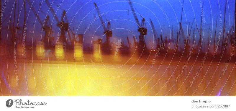 hafengeschredder Hafen Wirtschaft Industrie Hamburg Hafenstadt hell Stadt mehrfarbig analog Filmindustrie Light leak breit Hafenkran Elbe Farbfoto Außenaufnahme
