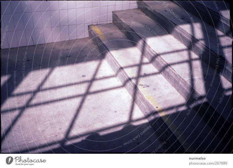 Treppe Lifestyle Umwelt Stadt Bauwerk Mauer Wand Bahnhof entdecken ästhetisch eckig trashig trist Surrealismus Symmetrie Tunnel Fliesen u. Kacheln Unterführung
