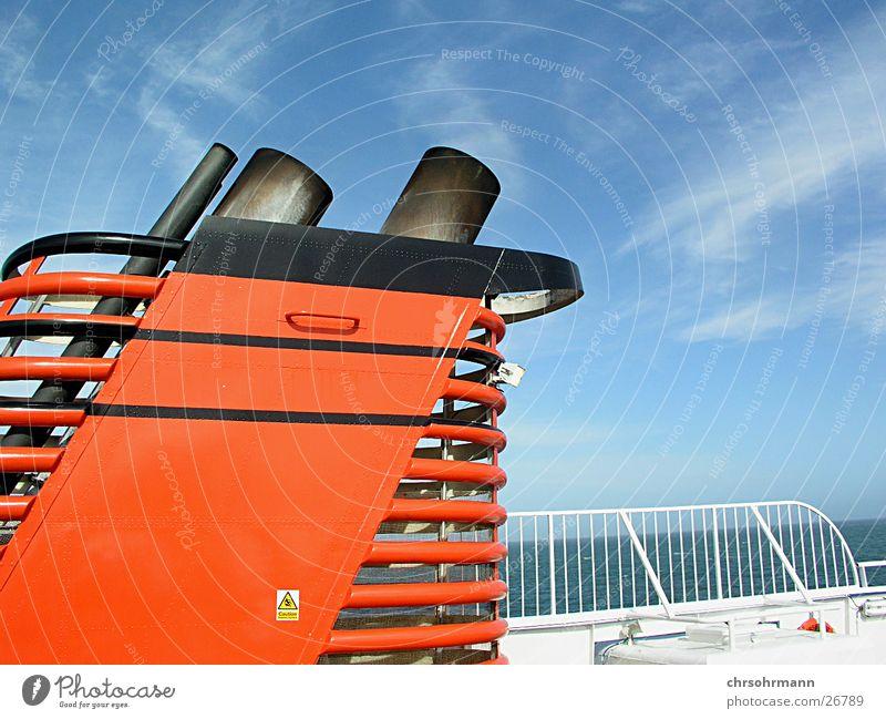 Schiffsdeck Wasser Sonne Meer blau rot Wolken Wasserfahrzeug Schifffahrt Schornstein Blauer Himmel Fähre Parkdeck Auspuff