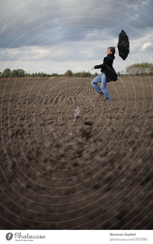 stürmische Zeiten maskulin Junger Mann Jugendliche 1 Mensch schlechtes Wetter Wind Mantel Regenschirm fliegen laufen Feld acker windig davon Unwetter wolken