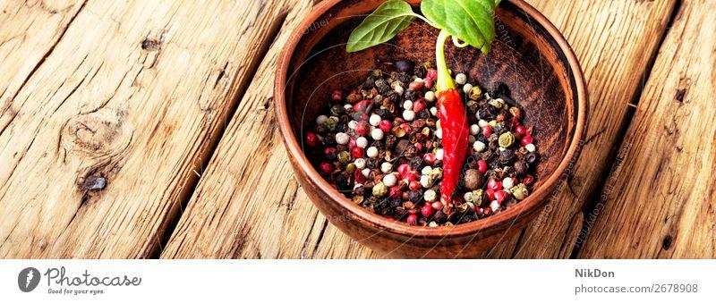 Verschiedene Arten von Pfefferkörnern. Paprika Gewürz mexikanisch Bestandteil Erbse rot Gesundheit Würzig schwarz Peperoni Ton Schalen & Schüsseln Gemüse