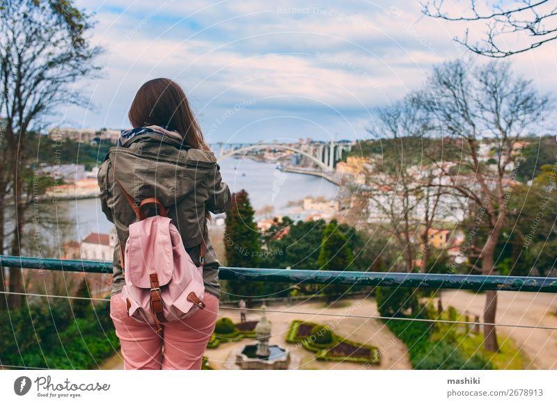 Frau Ferien & Urlaub & Reisen alt Stadt Landschaft Straße Architektur Lifestyle Erwachsene Gebäude Tourismus Europa Kultur Abenteuer Brücke historisch
