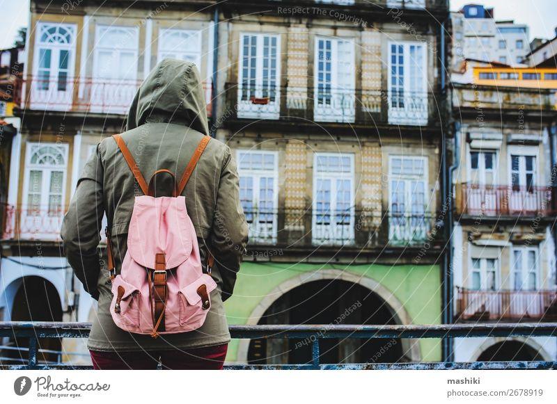 Touristenfrau zu Besuch in Porto, Portugal. Lifestyle Ferien & Urlaub & Reisen Tourismus Abenteuer Sightseeing Frau Erwachsene Kultur Landschaft Stadt Brücke