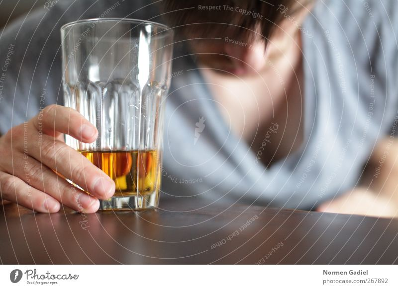 weniger Alkohol Spirituosen Rauschmittel maskulin 1 Mensch Trägheit Hemmungslosigkeit Alkoholsucht Getränk Alkoholisiert Whiskey Tisch aufstützen abstützen
