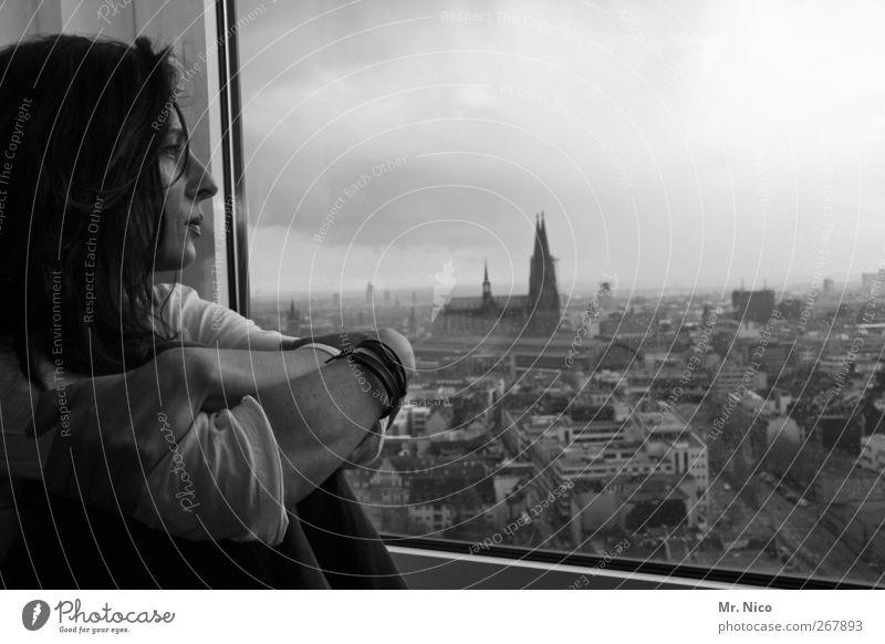 next to me Frau Himmel Stadt Wolken ruhig Einsamkeit Gesicht Erwachsene feminin Architektur Traurigkeit träumen Wohnung Hochhaus Hoffnung beobachten