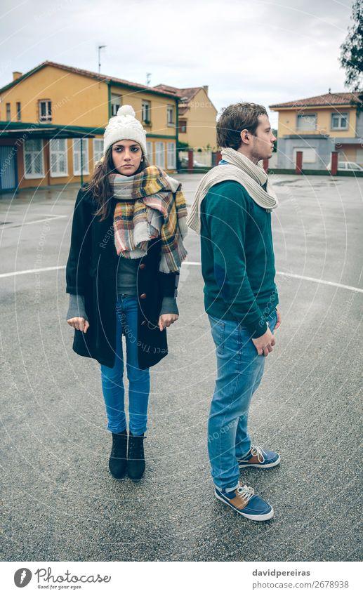 Paar mit Winterkleidung stehen im Freien in einem regnerischen Tag Lifestyle schön Erholung Freizeit & Hobby Mensch Frau Erwachsene Mann Freundschaft Herbst