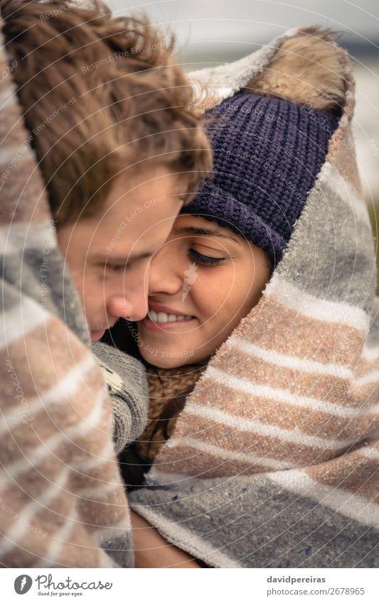 Junges Paar, das sich an einem kalten Tag unter der Decke im Freien umarmt. Lifestyle Glück schön Winter Frau Erwachsene Mann Natur Himmel Wolken Herbst Wind