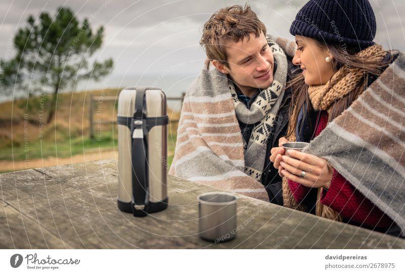 Junges Paar unter der Decke bei einem heißen Getränk an einem kalten Tag Kaffee Tee Lifestyle Glück Winter Tisch Frau Erwachsene Mann Hand Natur Himmel Wolken