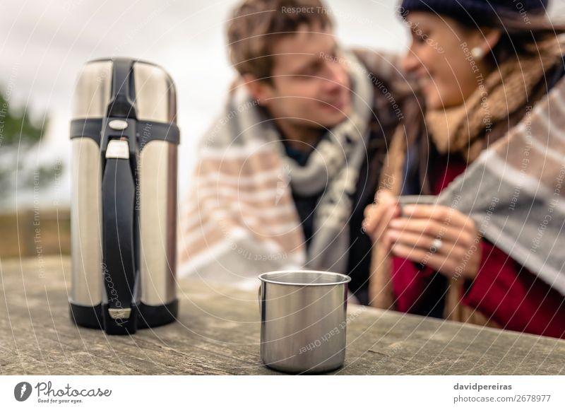 Metalltasse und Thermoskanne mit Paar im Hintergrund Getränk Kaffee Tee Lifestyle Glück Winter Tisch Frau Erwachsene Mann Hand Natur Himmel Wolken Herbst Wind