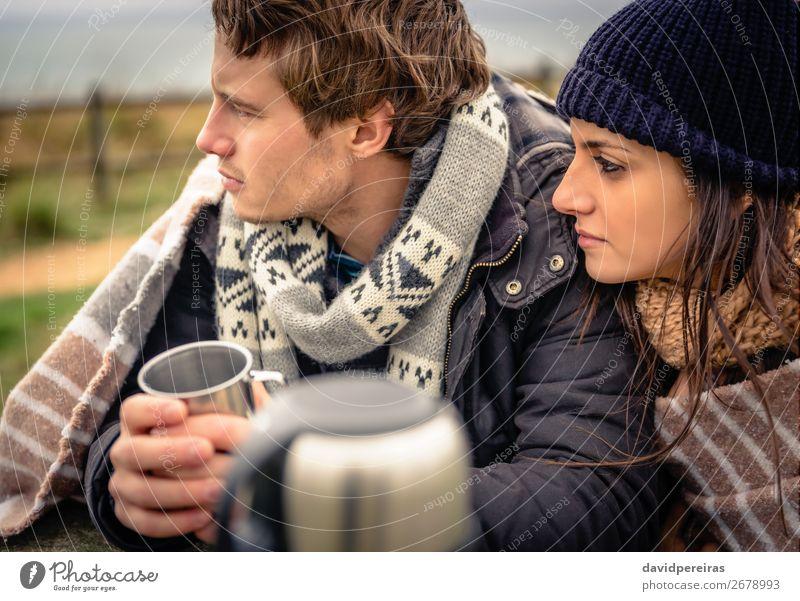 Paar unter einer Decke mit einem heißen Getränk an einem kalten Tag Kaffee Tee Lifestyle Glück Winter Tisch Frau Erwachsene Mann Hand Natur Himmel Wolken Herbst