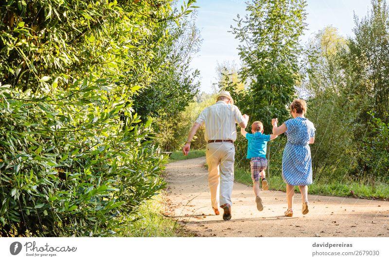 Großeltern und Enkelkinder beim Springen im Freien Lifestyle Freude Glück Freizeit & Hobby Kind Junge Frau Erwachsene Mann Eltern Großvater Großmutter