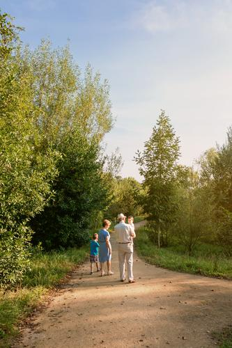Großeltern und Enkelkinder, die im Freien spazieren gehen. Lifestyle Freizeit & Hobby Sommer Kind Mensch Baby Junge Frau Erwachsene Mann Eltern Großvater