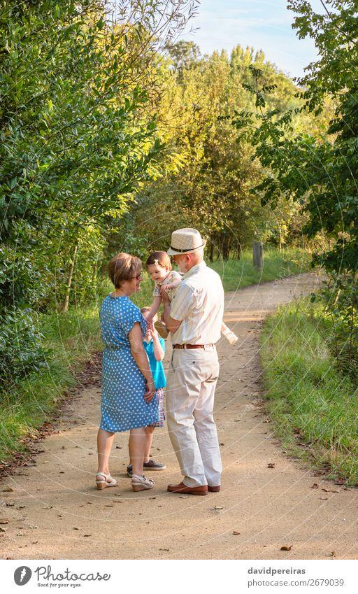 Großeltern und Enkelkinder, die im Freien spazieren gehen. Lifestyle Freude Glück Freizeit & Hobby Sommer Kind Baby Junge Frau Erwachsene Mann Eltern Großvater