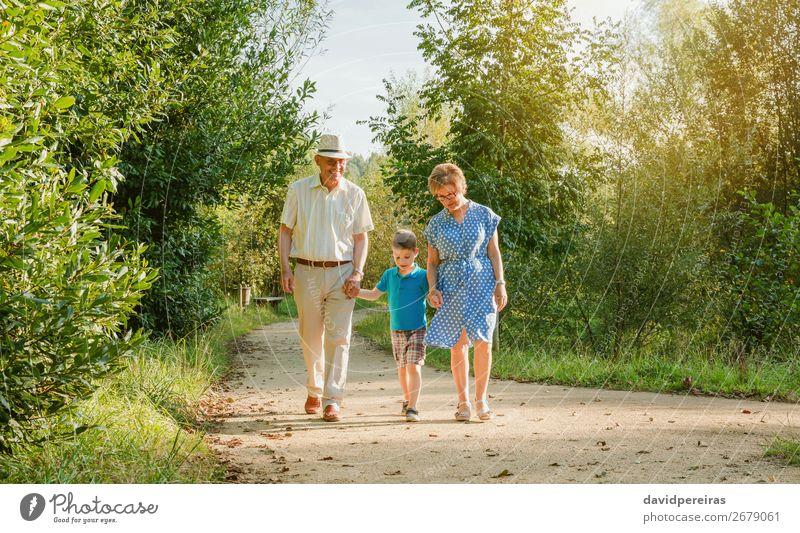 Großeltern und Enkelkinder beim Spaziergang im Freien Glück Freizeit & Hobby Sommer Kind sprechen Mensch Junge Frau Erwachsene Mann Großvater Großmutter