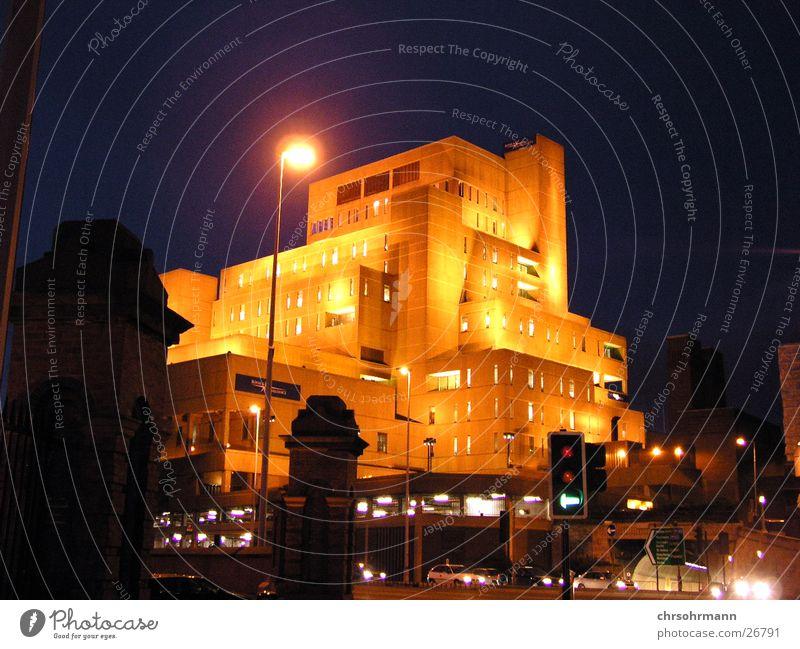 Liverpool Zeitreisemaschine Großbritannien England Nacht dunkel Laterne Lampe Futurismus Architektur Beleuchtung Straße bleuchtet