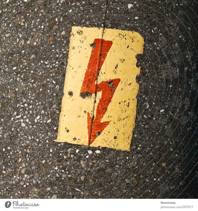 Hochspannendes Detail. rot gelb Bewegung grau Stein braun Angst Energiewirtschaft Beton Geschwindigkeit Elektrizität Hinweisschild bedrohlich Zeichen Pfeil Wut