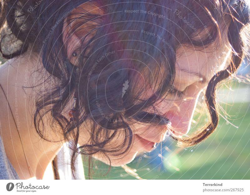Von.Freiheit.nicht.genug. Mensch Frau Haare & Frisuren schwarz Gesicht Porträt verträumt Konzentration T-Shirt Halskette Locken gelockt Piercing vielmehr