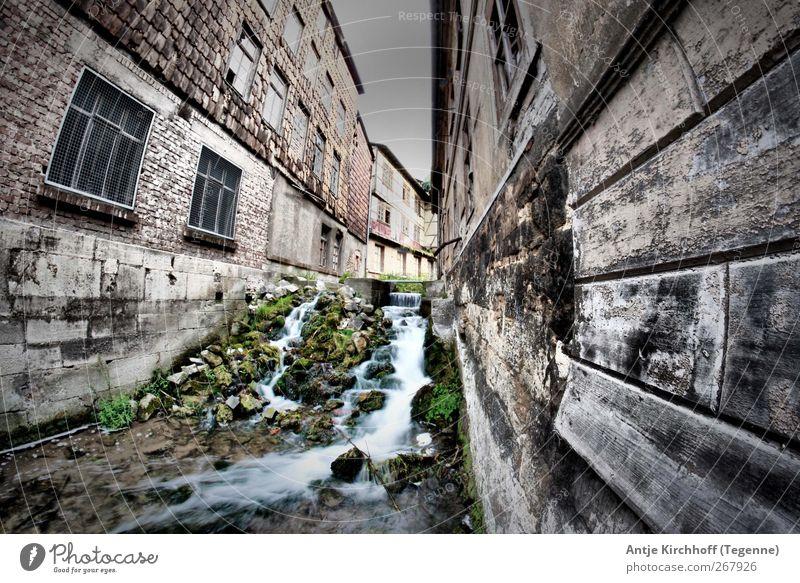 Gasse Bach Fluss Wasserfall Dorf Fischerdorf Stadt Haus Hütte Fabrik Ruine Bauwerk Gebäude Mauer Wand Fassade skurril Farbfoto Gedeckte Farben Außenaufnahme