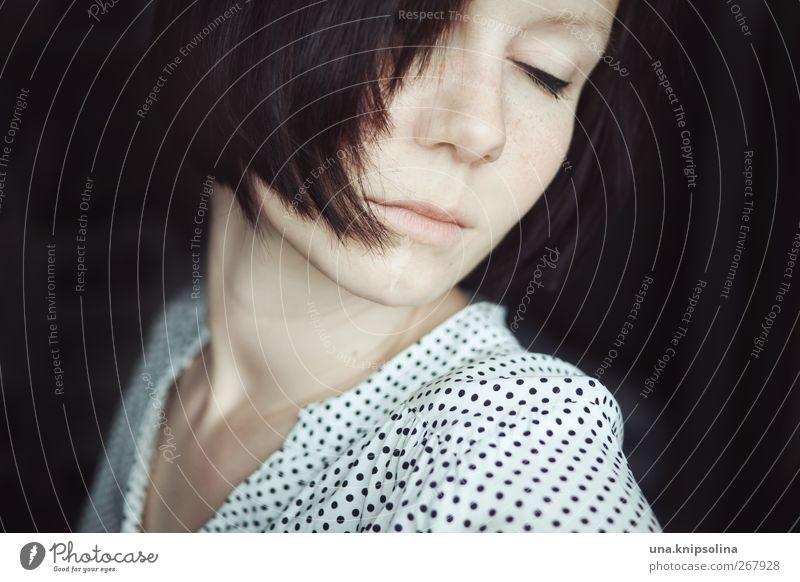das meer in mir feminin Junge Frau Jugendliche Erwachsene 1 Mensch 18-30 Jahre Bluse brünett kurzhaarig Denken träumen Gefühle Stimmung Vertrauen