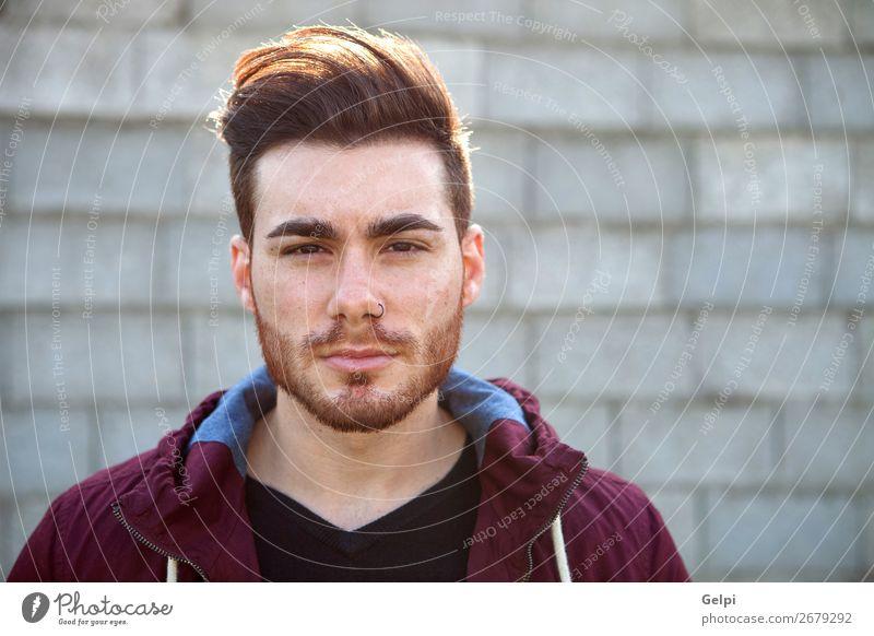 Lässiger, cooler junger Mann mit Bart Lifestyle Stil Sommer Mensch Erwachsene Straße Mode Hemd Jeanshose Piercing Oberlippenbart Vollbart Coolness Erotik trendy