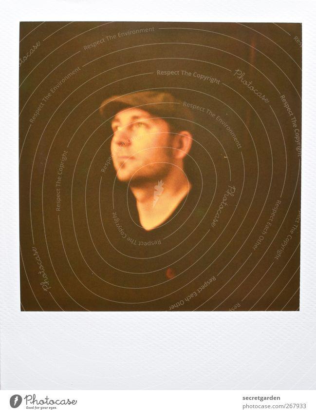 mit schirm, charme und m...ütze. Zufriedenheit maskulin Junger Mann Jugendliche Erwachsene 1 Mensch 30-45 Jahre Pullover Hut schiebemütze beobachten dunkel