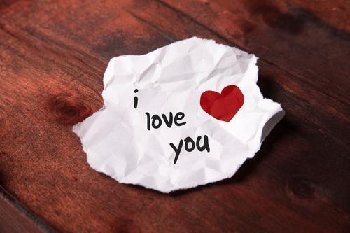 """Notiz """"i love you"""" auf weißem Papierschnipsel Freude Holz Liebe Familie & Verwandtschaft Glück Paar Freundschaft Schriftzeichen Herz Zeichen schreiben Kitsch"""