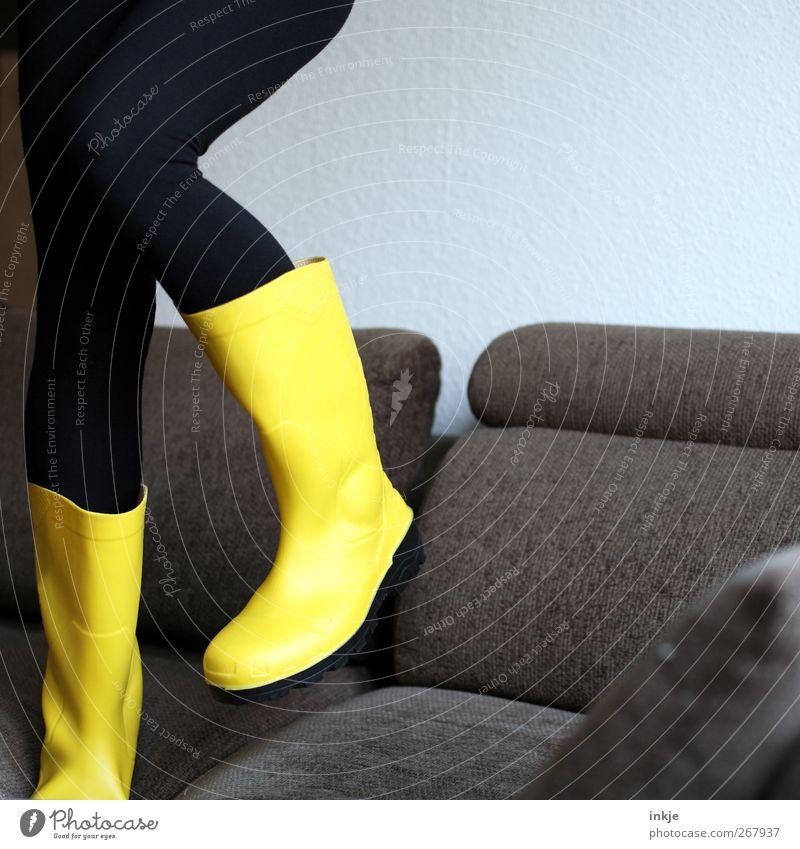 Krawall und Remmidemmi Mensch Freude gelb Leben Gefühle Beine Fuß Tanzen wild laufen verrückt stehen Häusliches Leben Lifestyle Coolness Sofa