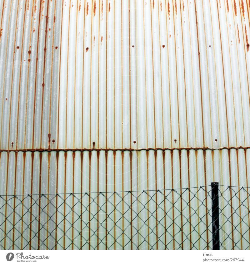 Metallensemble Menschenleer Industrieanlage Mauer Wand Dach Zaun Zaunpfahl Maschendraht Maschendrahtzaun Wellblech Wellblechwand Schraube alt dreckig rund Armut