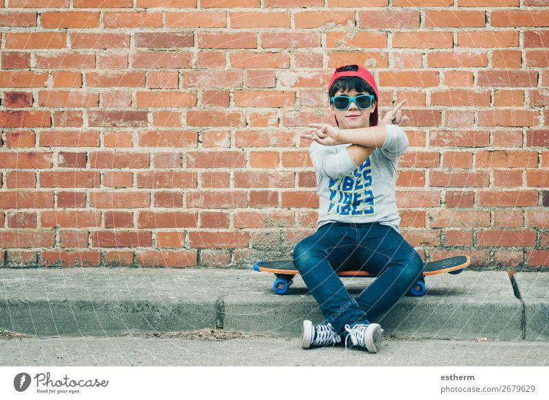Kind mit Skateboard auf der Straße Lifestyle Freude Freizeit & Hobby Abenteuer Freiheit Sommer Sport Fitness Sport-Training Erfolg Mensch maskulin Kleinkind