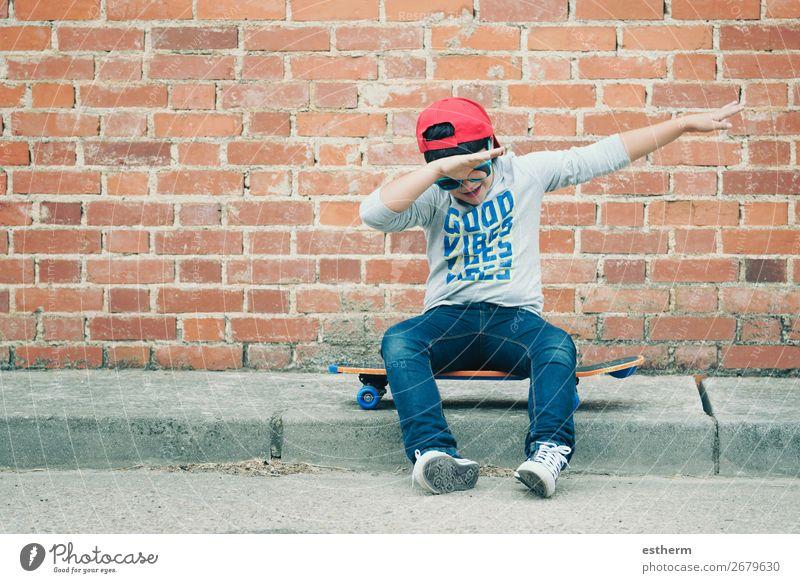 Kind mit Skateboard und Sonnenbrille auf der Strasse Lifestyle Freude Glück Freizeit & Hobby Freiheit Sommer Sport Fitness Sport-Training Erfolg Schule Mensch