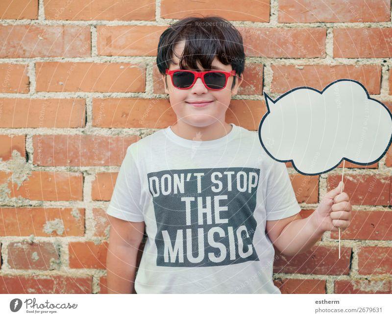 Kind mit Sprechblase auf der Straße Lifestyle Freude Ferien & Urlaub & Reisen Abenteuer sprechen Mensch maskulin Junge Kindheit 1 8-13 Jahre Sonnenbrille