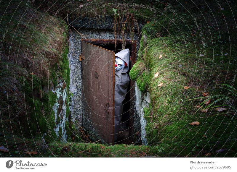 Firlefanz | Halloween Mensch androgyn 1 Erde Moos Wald Bauwerk Tür beobachten Jagd bedrohlich dunkel gruselig verrückt uneinig Feindseligkeit Aggression Hass