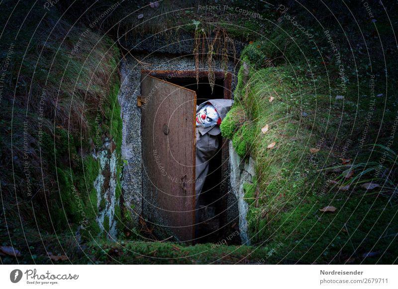 Überraschung | Es ist wieder da Mensch Wald dunkel Gras Angst träumen Tür gefährlich bedrohlich Todesangst Bauwerk Stress gruselig Moos böse skurril