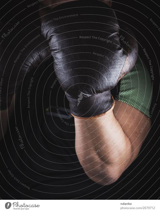 Der Athlet steht in einem Boxständer. Fitness Sport Sport-Training Leichtathletik Sportler Erfolg Hand 1 Mensch 30-45 Jahre Erwachsene Leder Handschuhe alt