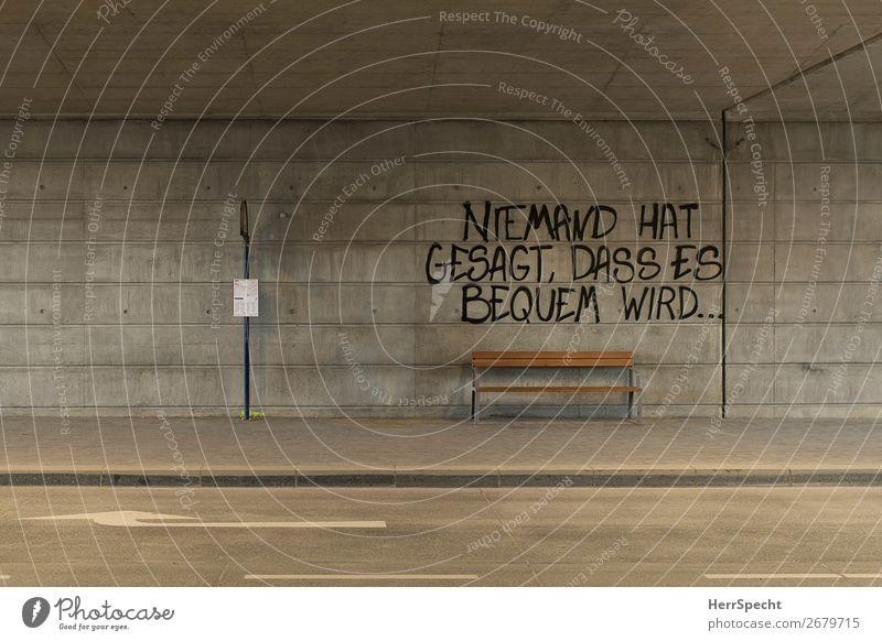 Holzklasse Verkehr Personenverkehr Öffentlicher Personennahverkehr Busfahren Tunnel Beton Schriftzeichen Graffiti lustig trist Stadt grau Haltestelle Bank