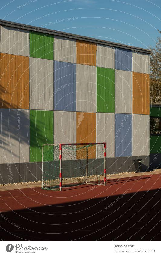 bunte Ablenkung Sport Ballsport Fußball Sportstätten Fußballplatz Bauwerk Gebäude Mauer Wand Beton Freundlichkeit Fröhlichkeit frisch mehrfarbig Tor Fußballtor