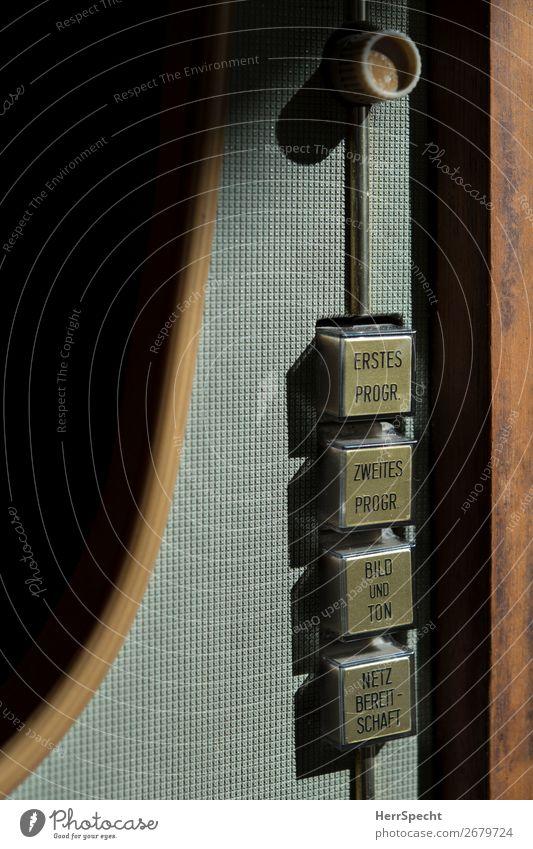 Netzbereitschaft Fernseher Holz Kunststoff Schriftzeichen alt retro braun grau Taste Fernsehen schauen Schalter Beschriftung Sechziger Jahre Fünfziger Jahre