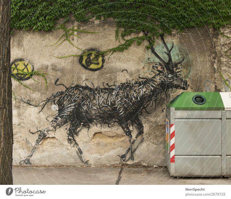 neugierig Stadt Mauer Wand Metall Graffiti ästhetisch außergewöhnlich grau grün Recyclingcontainer Glascontainer Hirsche Kunst musisch Efeu Farbfoto