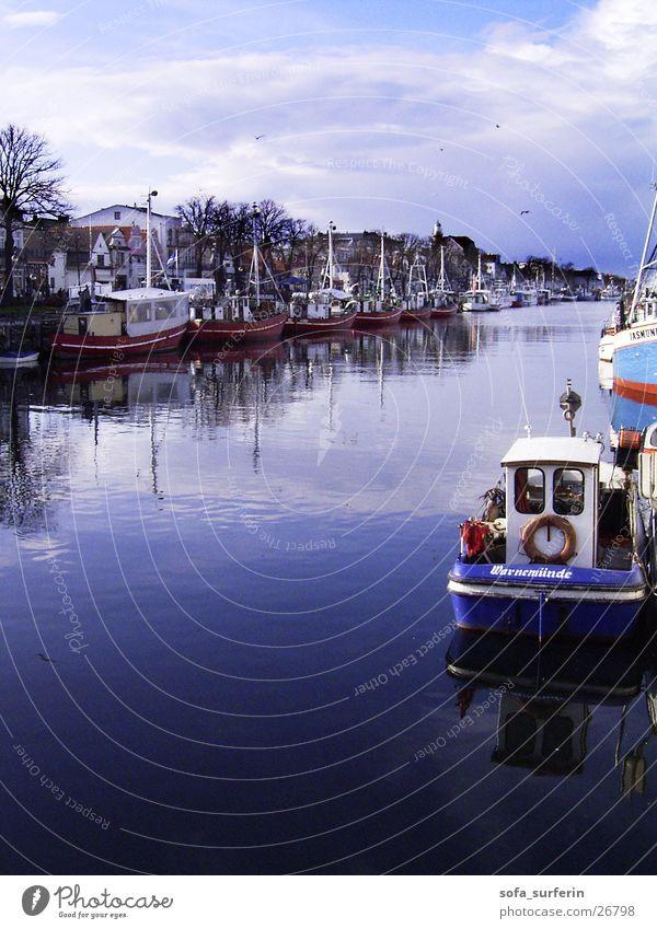 Fischerboote Wasserfahrzeug Fischereiwirtschaft Rettungsring Warnemünde Reflexion & Spiegelung Himmel Hafen Ostsee