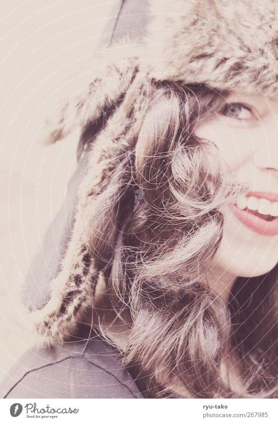 Löckchen feminin Junge Frau Jugendliche 1 Mensch 18-30 Jahre Erwachsene Mütze brünett langhaarig Locken lachen leuchten Fröhlichkeit Glück schön retro