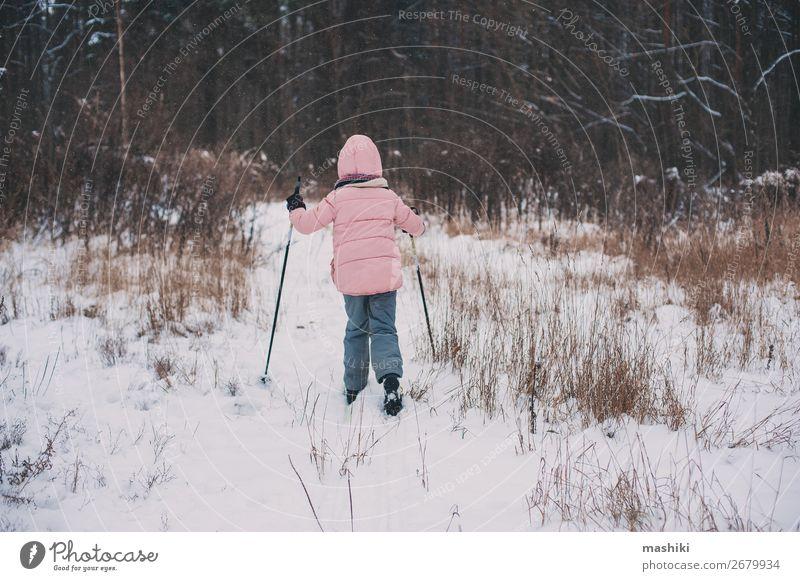 fröhliches Kind Mädchen Skifahren im Winter Schneewald Freude Freizeit & Hobby Ferien & Urlaub & Reisen Abenteuer Winterurlaub Sport Skier Landschaft Wald wild