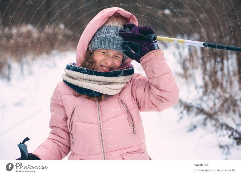 fröhliches Kind Mädchen Skifahren im Winter Schneewald Freude Freizeit & Hobby Ferien & Urlaub & Reisen Abenteuer Winterurlaub Sport Skier Jugendliche